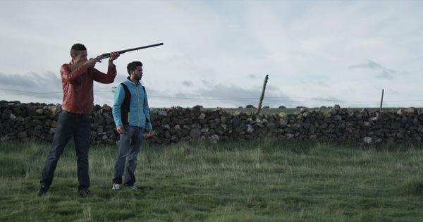 Juanlu Sevillano (con escopeta) y Víctor García en una secuencia de 'Ártico', de Gabriel Velázquez, película que inaugura el festival Cinema Jove.