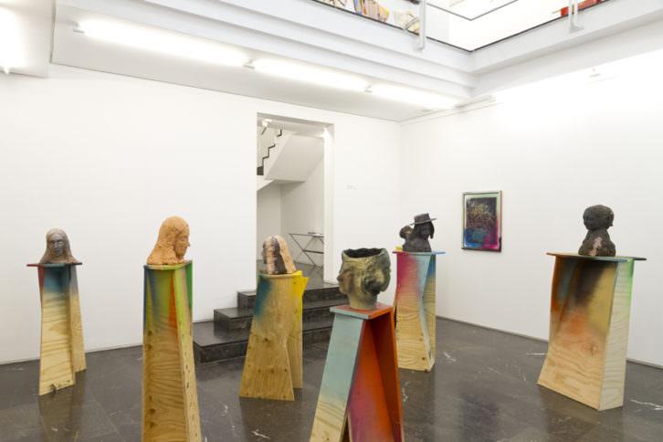 Esculturas de Folkert de Jong en la exposición 'Desengaño'. Imagen cortesía de la galería Luis Adelantado.