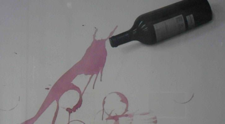 Obra de Toni Durá en 'Nosotros lo contamos con vino'. Espacio 40.