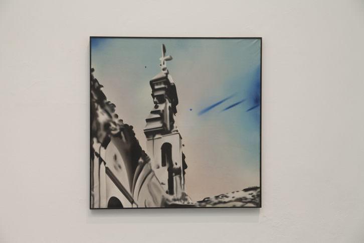 Equipo Realidad. Iglesia de Santo Domingo Castro de Rio, 1974. Oleo sobre lienzo. 100 x 100 cm. Foto: Nacho. Imagen cortesía de Galería Punto.