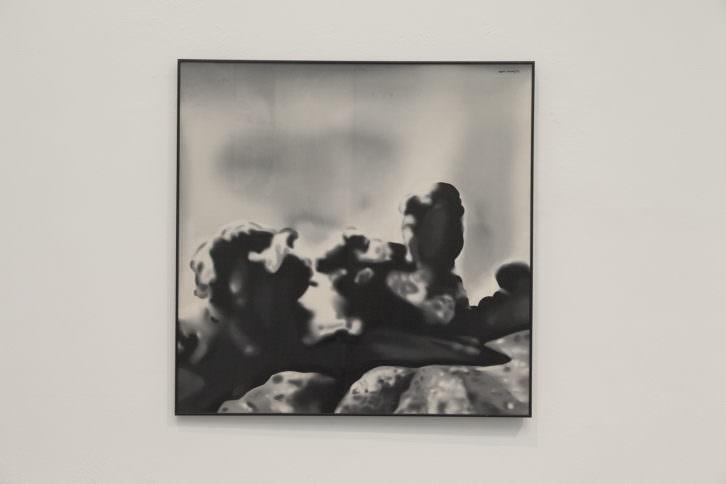 Equipo Realidad. Paisaje: la sierra de Caballs bombardeada por las tropas de Yagüe y García Valiño en 1937, 1973. Oleo sobre lienzo. 110 x 110 cm. Foto: Nacho. Imagen cortesía de Galería Punto.