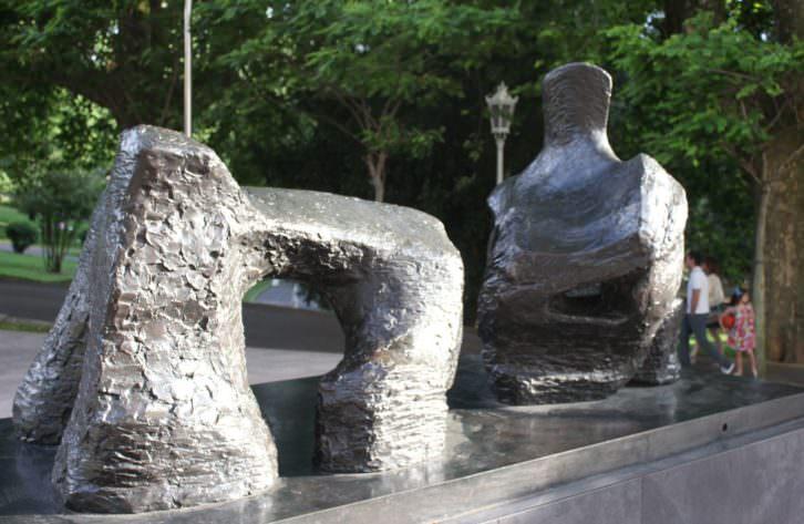 'Figura reclinada en dos piezas, número 2', escultura de Henry Moore en el Parque de Doña Casilda en Bilbao. Foto: Pilar Torres.