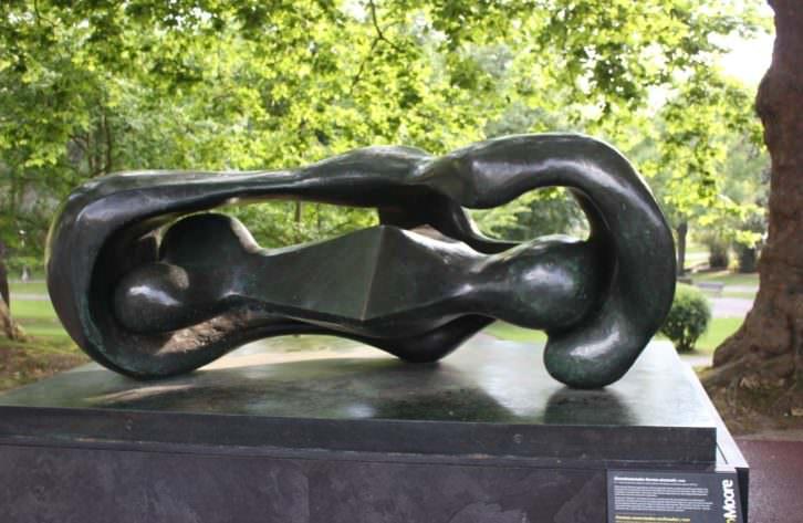 'Formas conectadas reclinadas', escultura de Henry Moore en el Parque de Doña Casilda. Fotografía: Pilar Torres