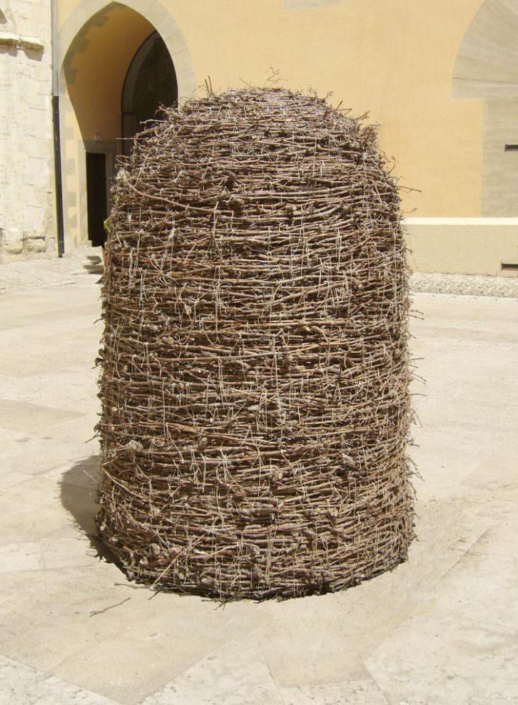 Josep Ginestar. Refugi, 2006. Sarmientos, hilo de algodón blanco y luz negra en su interior. 200 x 140 cm. Imagen cortesía del artista y Galería Isabel Bilbao.