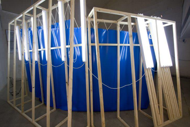 Ángel Masip. Main Landscape, 2010. Serigrafía sobre lona de PVC, estructura de madera, tubos fluorescentes y cable eléctrico. 266 X 500 X 60 cm. c/u. Imagen cortesía del artista y Parking Gallery.