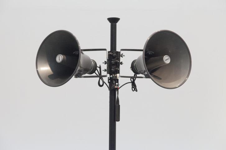 Oswaldo Maciá. Something going on above my head, 1999-2010. Escultura sonora, monocanal: altavoces, trípode, amplificador, tarima, cable, ipod, impresión digital de pigmentos (48 x 56 cm). Foto Nacho López. Imagen cortesía del artista y EspaiVisor.