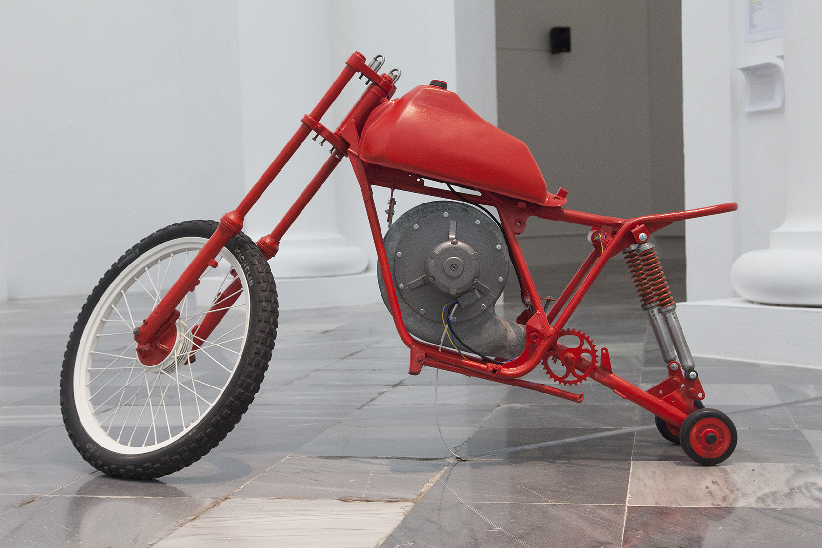 Bimotor. Turbo cabra rampante, 2011  Hierro, esmalte, vinilo adhesivo y motor / 99 x 37 x 172,5 cm. Foto: Nacho López. Imagen cortesía de los artistas y Galería Aural.