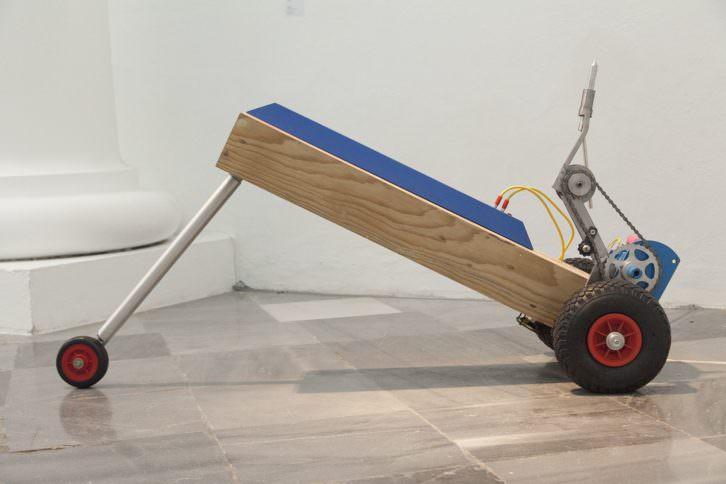 Bimotor. Trax R3. 2010  Hierro, aluminio, madera, acrílico y motor / 65 x 51 x 144 cm. Foto: Nacho López. Imagen cortesía de los artistas y Galería Aural.