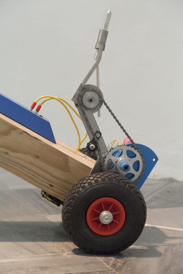 Bimotor. Trax R3. 2010  Hierro, aluminio, madera, acrílico y motor / 65 x 51 x 144 cm. (detalle). Foto: Nacho López. Imagen cortesía de los artistas y Galería Aural.