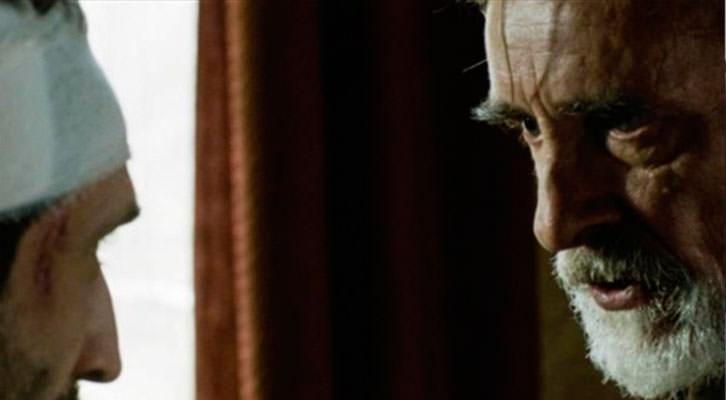Ivo (Lembit Ulfsak) enfrentándose a un vendado Nika (Michael Meskhi) en un fotograma de Mandariinid, de Zaza Urushadze. Festival Internacional de Cine de Valencia - Cinema Jove.