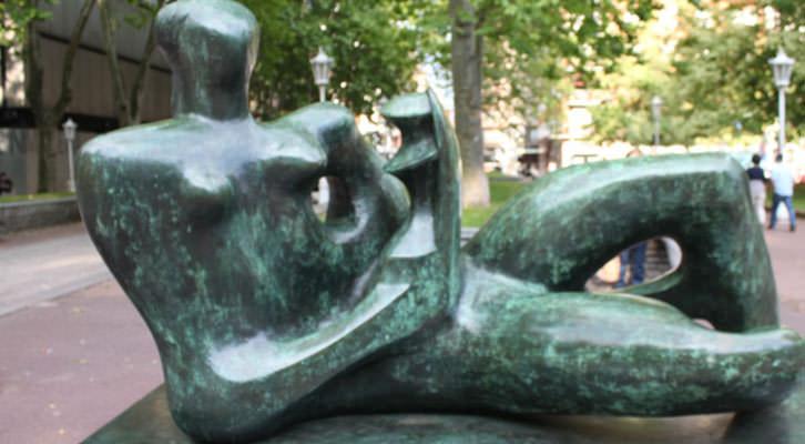 'Madre e hijo reclinados', escultura de Henry Moore expuesta en los aledaños del Museo de Bellas Artes de Bilbao. Fotografía: Pilar Torres.