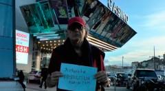 Óscar Peyrou, crítico de cine argentino, en pleno rodaje de 'En busca del Óscar'. Imagen cortesía de Cinema Jove.