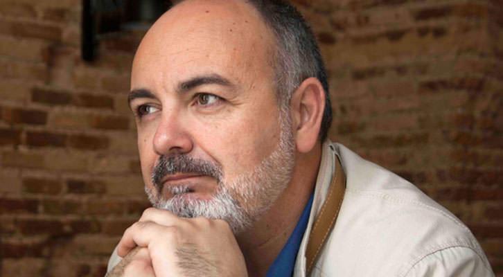 Rafael Maluenda, pensativo, en un momento de los Desayunos Makma en Lotelito. Fotografía: Gala Font de Mora.