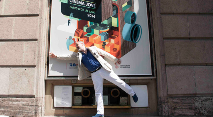 Rafael Maluenda, haciendo equilibrios para sacar adelante el festival, delante del cartel de Cinema Jove en el Teatro Principal. Foto: Gala Font de Mora.