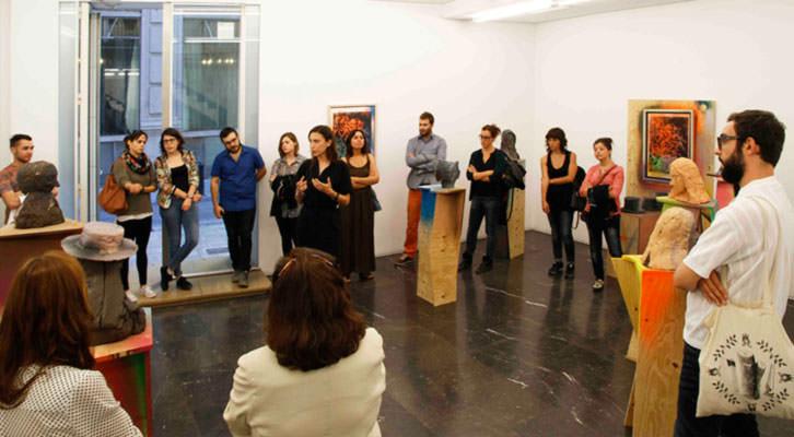Isabel Puig, en un momento de la visita guiada por las exposiciones de Folkert de Jong y Delphine Courtillot en la galería Luis Adelantado.