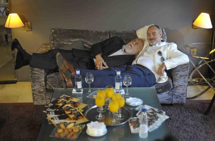 Gonzalo Suárez, chaqueta oscura, agotado tras una larga noche de ver sus 'clásicos' en Viveros, junto a Rafael Maluenda. Imagen cortesía de Cinema Jove.