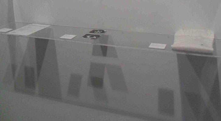 Vitrina con objetos de Casey Tang en la galería Charpa de Valencia.