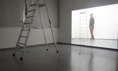 Aris Spentsas. Háblame, 2013. Instalación audiovisual monocanal. Escalera, video proyección y auriculares. Imagen cortesía del artista.