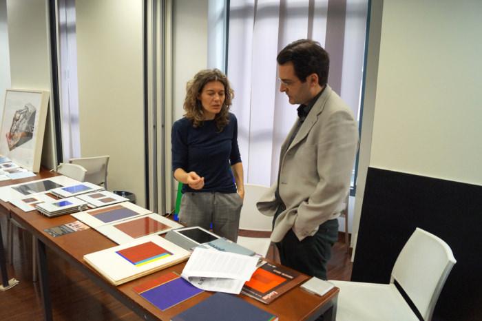 Jorge Sebastián con una participante en la segunda jornada de Art Dating2. Foto: Enric Mestre. Imagen cortesía de AVVAC.