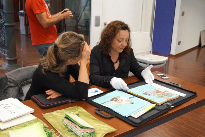 Eva Caro con una participante en la segunda jornada de Art Dating2. Foto: Enric Mestre. Imagen cortesía de AVVAC.