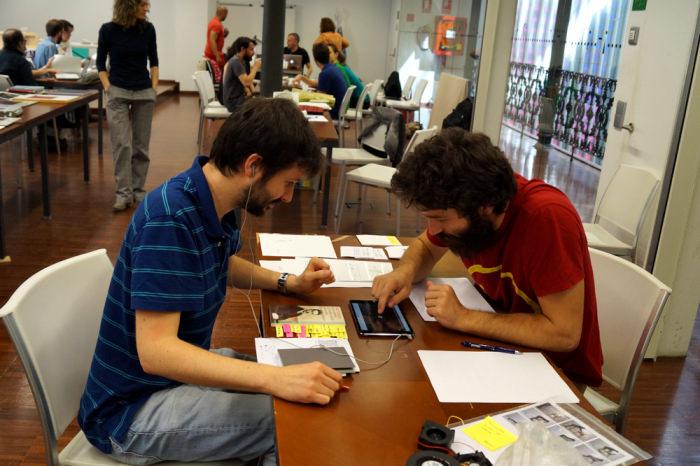 Javier Martín-Jiménez con una participante en la segunda jornada de Art Dating2. Foto: Enric Mestre. Imagen cortesía de AVVAC.