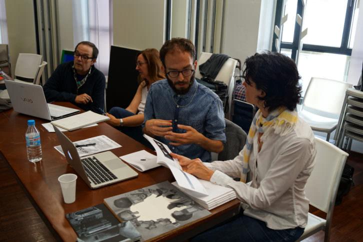 Miguel Benlloch y Ángela Molina Climent con participantes en la segunda jornada de Art Dating2. Foto: Enric Mestre. Imagen cortesía de AVVAC.