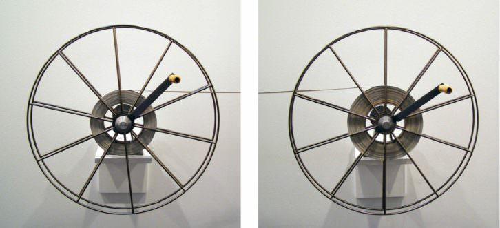 Pilar Beltrán. Cercanías, 2011-2012. Imagen electrónica sobre lienzo (3,50 x 14.000 cm), bobinas niqueladas (60 cm diametro), unidades de frenado, soportes de madera. Instalación de dimensiones variables. Imagen cortesía de la artista y Galería Cànem.