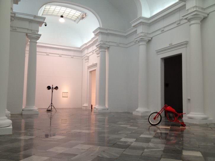 Imagen de sala con obras de Bimotor y Oswaldo Maciá. Imagen cortesía de los artistas y galerías Aural y EspaiVisor.