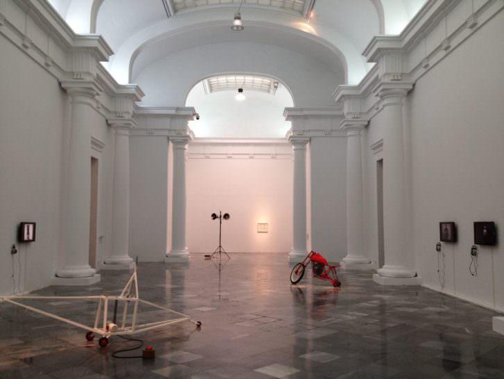 Vista de la sala con obras de Bimotor, Bartolomé Ferrando y Oswaldo Maciá en Ver visiones. Imagen cortesía de los artistas y galerías Aural, del Palau y EspaiVisor.