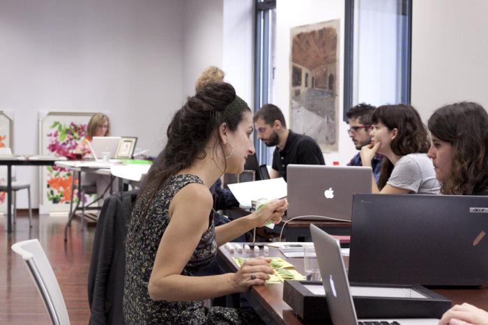 Nuria Güell con una participante en la tercera jornada de Art Dating2. Foto: Lola Calzada. Imagen cortesía de AVVAC.