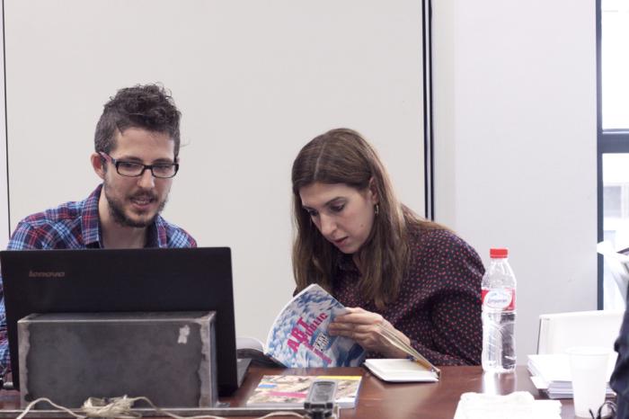 Tania Pardo con un participante en la tercera jornada de Art Dating2. Foto: Lola Calzada. Imagen cortesía de AVVAC.
