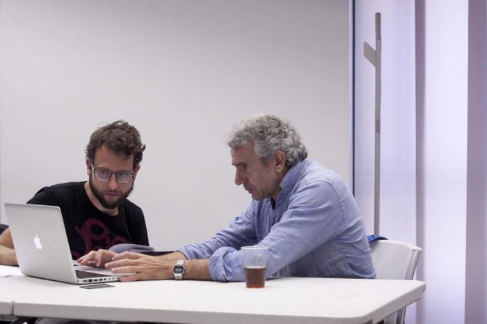 Isidro López-Aparicio con un participante en la tercera jornada de Art Dating2. Foto: Lola Calzada. Imagen cortesía de AVVAC.