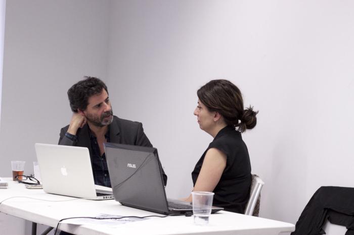 Juan de Nieves con una participante en la tercera jornada de Art Dating2. Foto: Lola Calzada. Imagen cortesía de AVVAC.