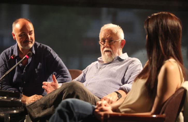 Gonzalo Suárez (centro), junto a Rafael Maluenda y Ana Álvarez, en un momento del encuentro con el público en el Hotel Astoria de Valencia. Imagen cortesía de Cinema Jove.