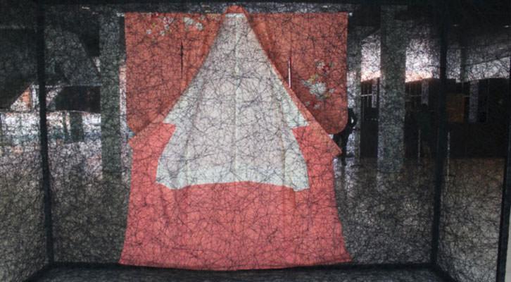 Obra de Chiaru Shiota, en el Museo de Bellas Artes de Bilbao. Fotografía: Pilar Torres.