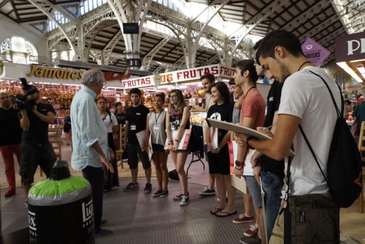 El ilustrador Ajubal dando instrucciones a los diez jóvenes seleccionados en Visual Talent, al comienzo de la prueba en el Mercado Central. Fotografía: Mario Marco.