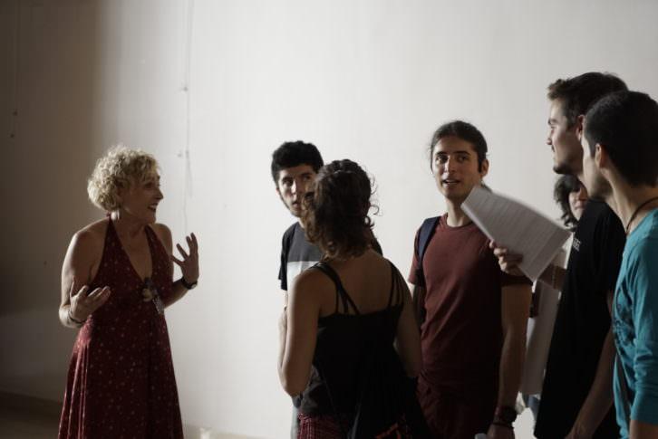 Marina Segarra, izquierda, dando instrucciones a los jóvenes finalistas de Visual Talent en el Círculo de Bellas Artes de Valencia. Fotografía: Mario Marco.