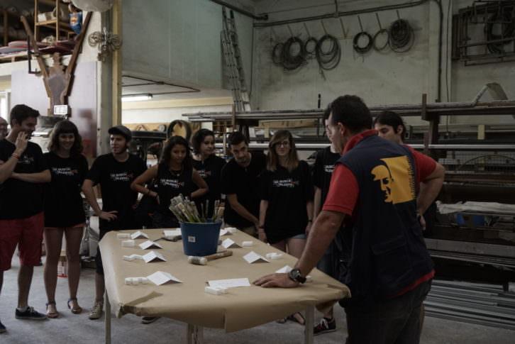 El artista Manolo Martín (derecha), dando instrucciones en su taller a los finalistas del concurso Visual Talent. Foto: Mario Marco.