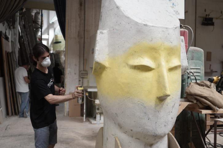 Uno de los finalistas de Visual Talent interviniendo una de las esculturas en el taller de Manolo Martín. Foto: Mario Marco.