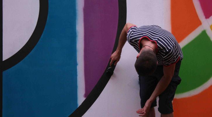 Eduardo Salvador, en plena intervención mural en el Institut Français de València.