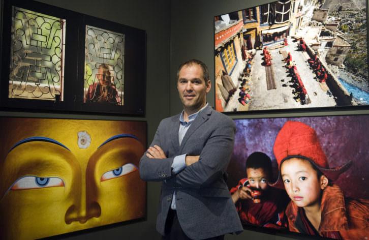 Óscar Catalán, delante de algunas de las fotografías de su exposición 'Almas' en el Museo de la Beneficéncia. Fotografía: Raquel Abulaila.