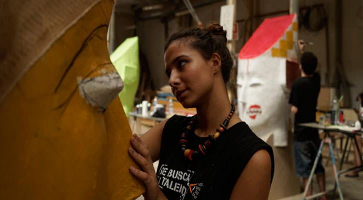 Uno de los diez finalistas del concurso Visual Talent, en el taller del artista fallero Manolo Martín. Fotografía: Mario Marco.