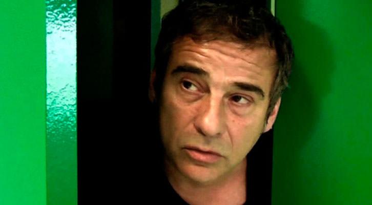 Eduard Fernández en un fotograma de 'Gente en sitios', de Juan Cavestany. Nits de cinema al claustre de La Nau.