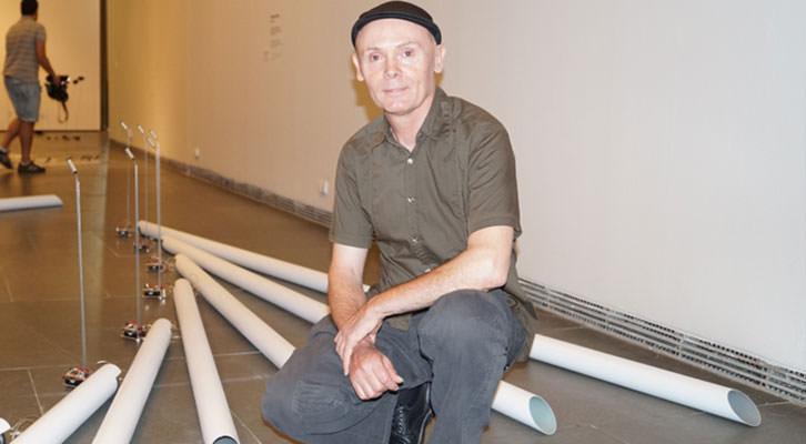 José Antonio Orts, junto a una de sus piezas de la exposición 'Hidrofanías' en la Sala Parpalló. Imagen cortesía del MuVIM de la Diputación de Valencia.
