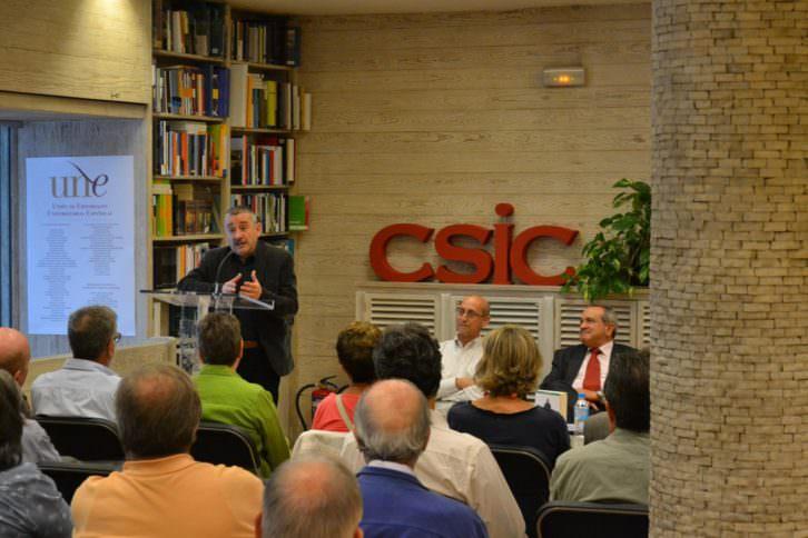 Pedro Uris, en el estrado, y Daniel Ramón, sentado de blanco en el centro de la mesa, presentando su libro 'Maná', Editorial Carena. Imagen cortesía de los autores.