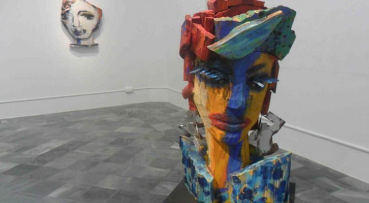 Esculturas de Willy Ramos en la exposición 'Memoria del color', en el Centro del Carmen.