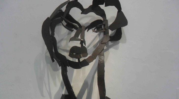 Escultura de Willy Ramos en la exposición 'Memoria del color', en el Centro del Carmen.