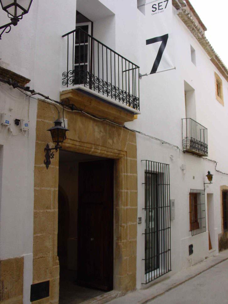 Fachada de Set Espai d'Art en el casco antiguo de Jávea (Alicante). Imagen cortesía de la galería.