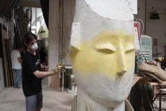 Samuel Navarro, en la imagen durante la prueba escultórica realizada en el taller de Manolo Martín, ha sido el Premio Platino del concurso Visual Talent. Fotografía: Mario Marco.