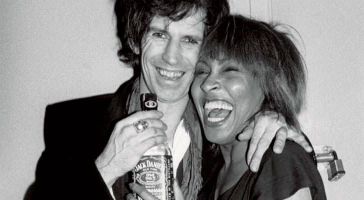 Keith Richards, de nuevo con su Jack Daniels, y Tina Turner en una fotografía de la exposición 'Sympathy for the Stones'. Centro Cultural Bancaja.
